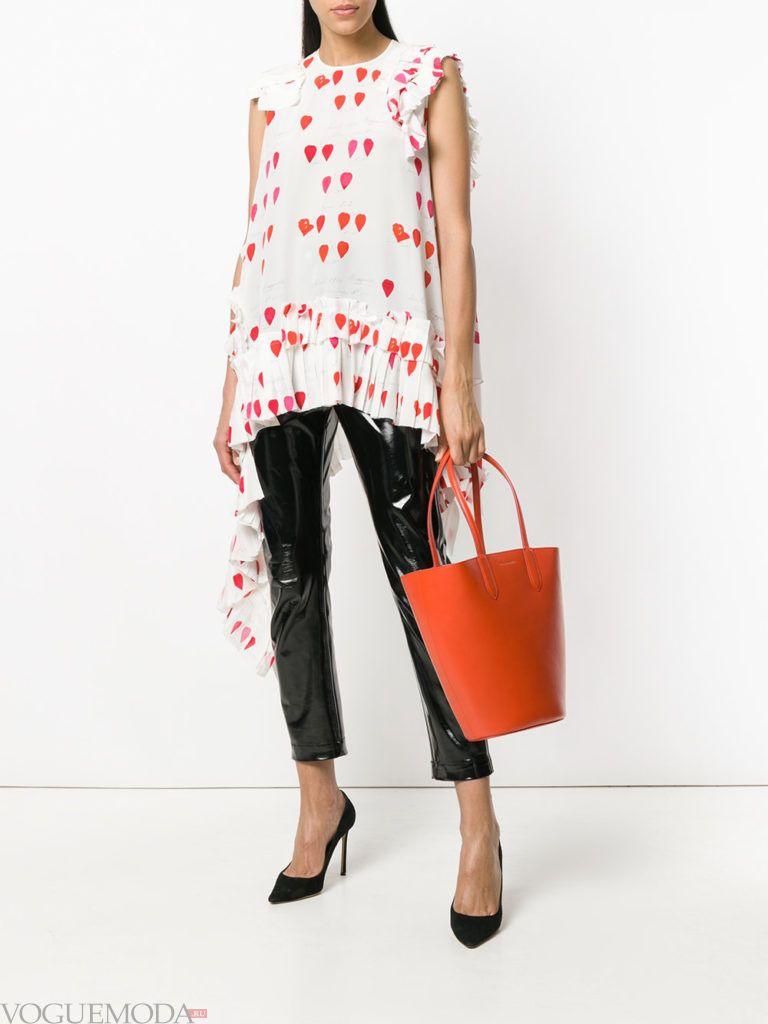 асимметричная блузка с принтом и черные брюки