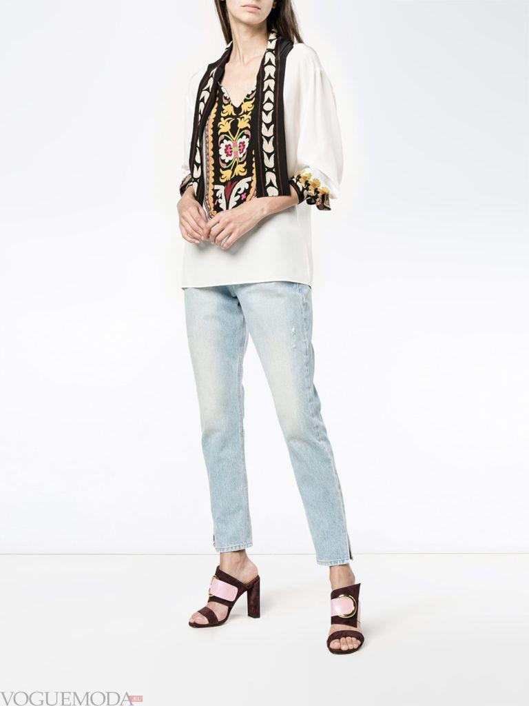 белая блузка в вышивкой и синие джинсы