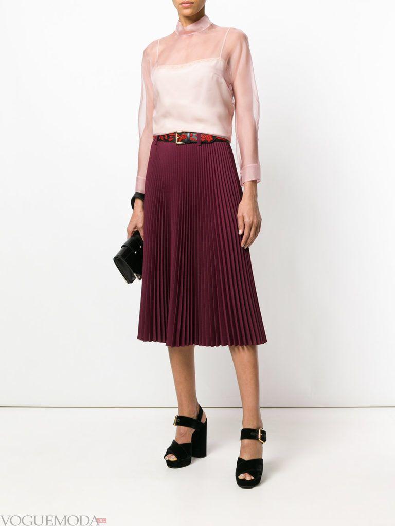 прозрачная блузка и бордовая юбка плиссе