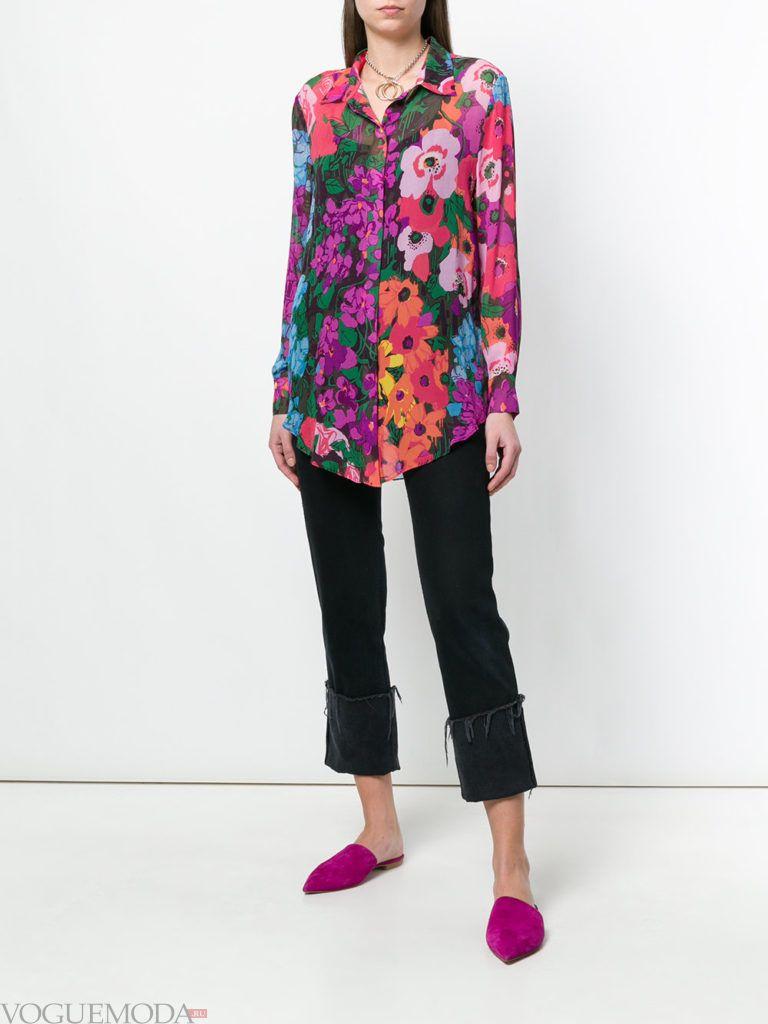 блузка с цветочным принтом и черные брюки