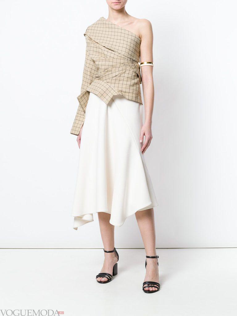 асимметричная бежевая блузка и белая юбка