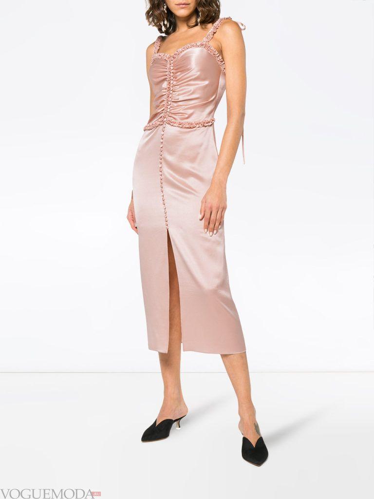 розовое платье со сборкой и разрезом