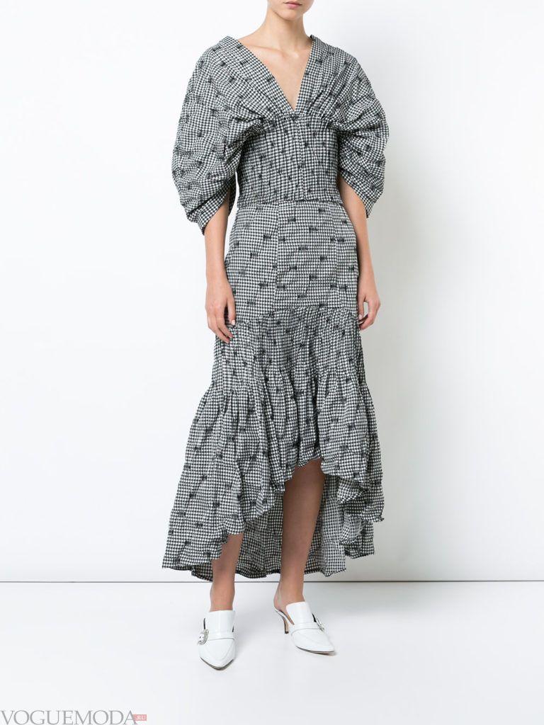 серое асимметричное платье с пышными рукавами