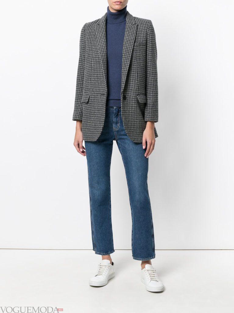 синяя водолазка с серым пиджаком и джинсами