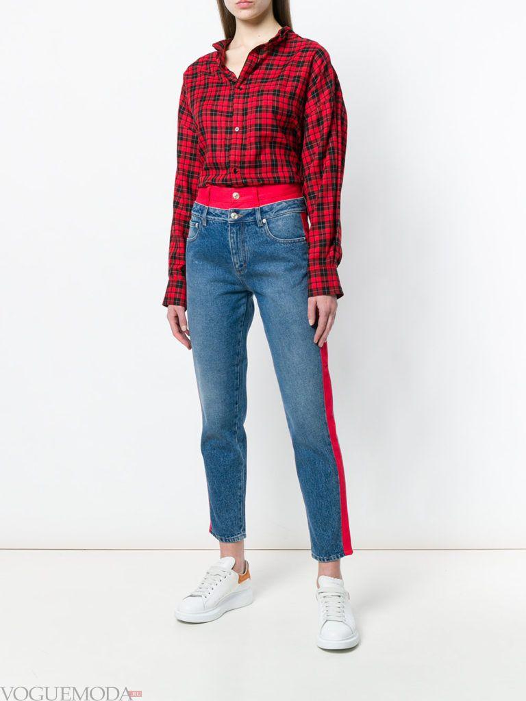 блузка в клетку и джинсы с лампасами
