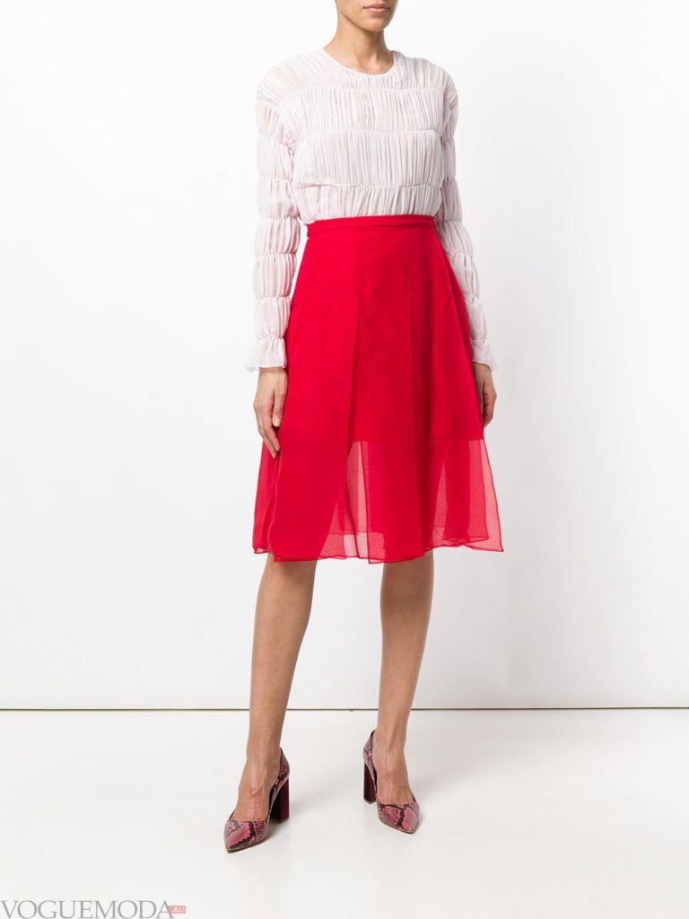 красная многослойная юбка и светлая блуза
