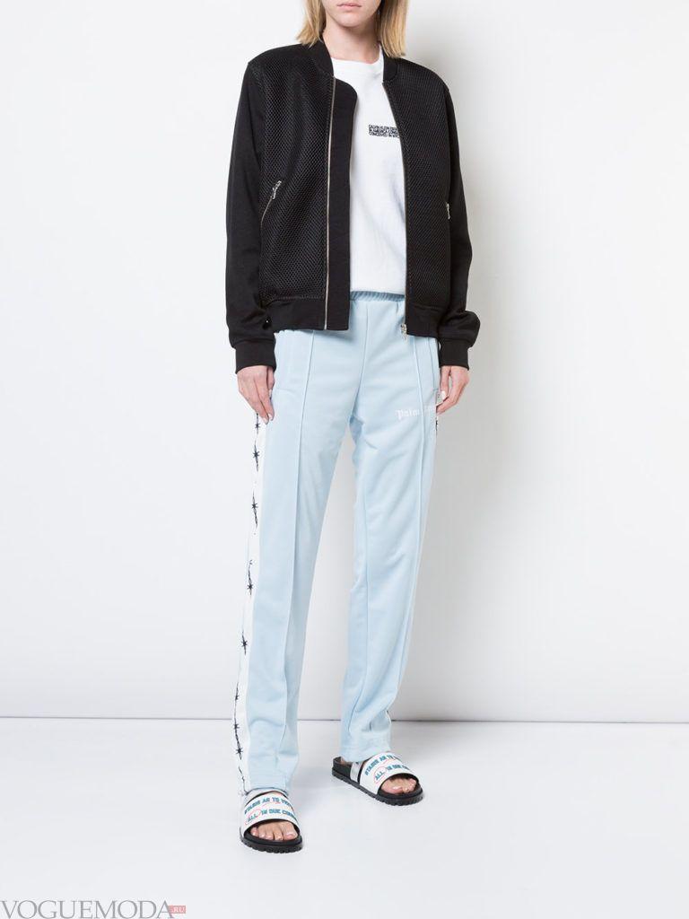 черный бомбер и голубые брюки с лампасами
