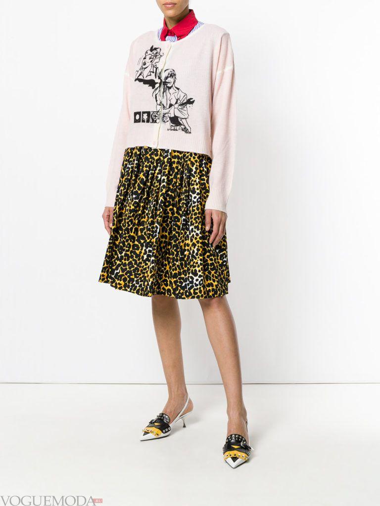 розовый кардиган с рисунком и леопардовая юбка