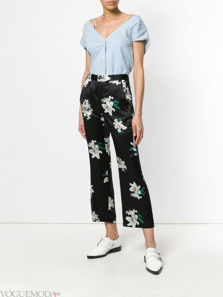 голубая блузка и черные брюки с принтом