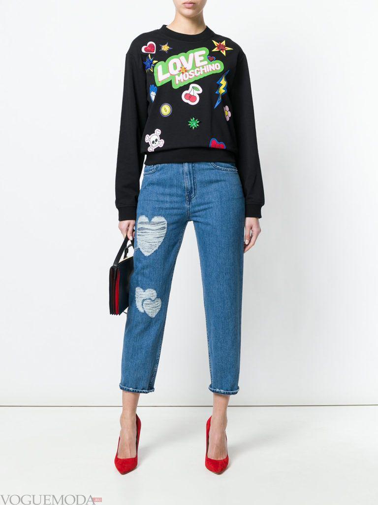 черный свитшот с декором и синие джинсы