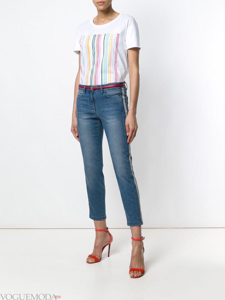 белая футболка с полоска и джинсы