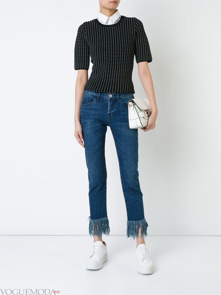 синие джинсы с бахромой и реглан с принтом