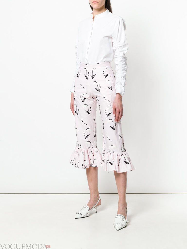 белая блузка и укороченные брюки с принтом и оборками