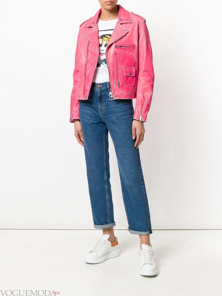 синие укороченные джинсы и розовая куртка