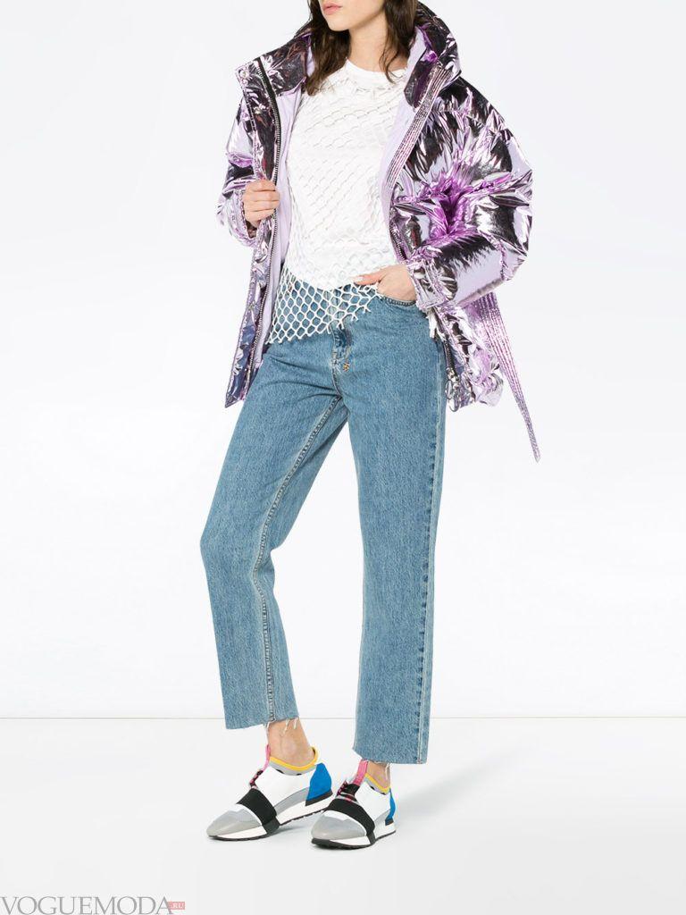 фиолетовый пуховик и синие джинсы