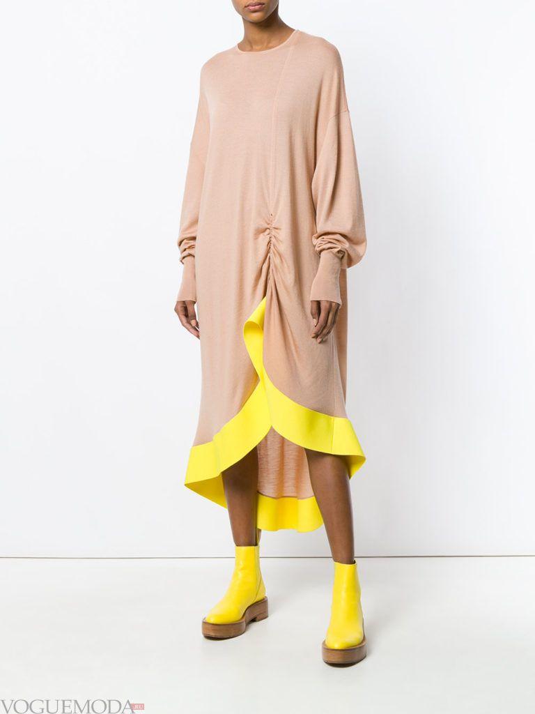 трикотажное бежевое платье с декором