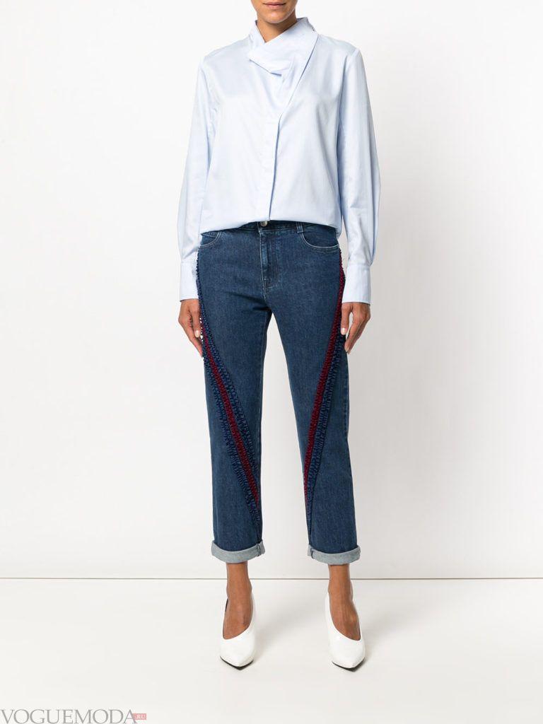 синие джинсы с декором и голубая блузка