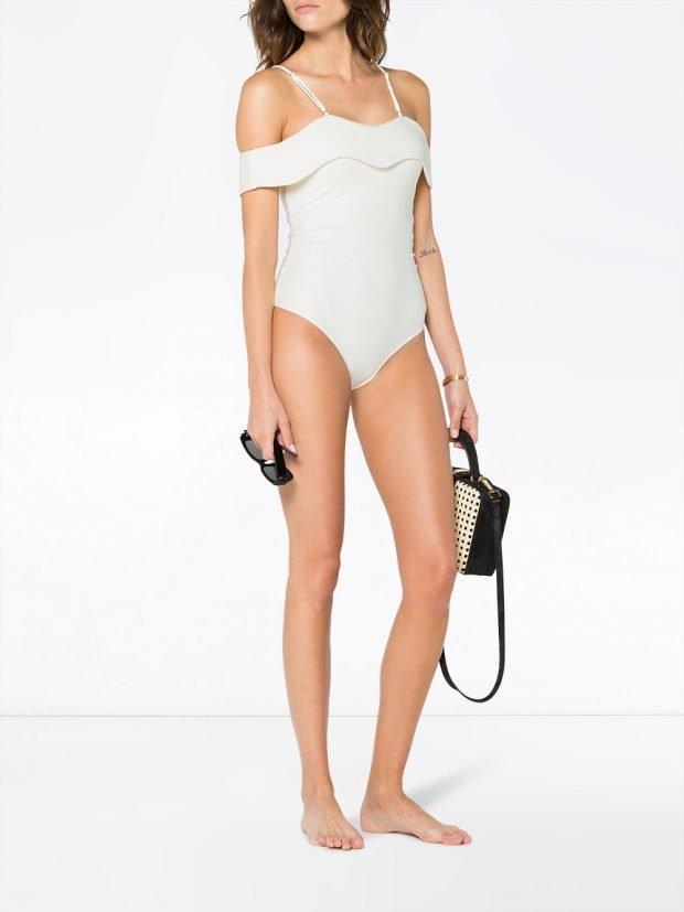белый слитный купальник с оборками лето