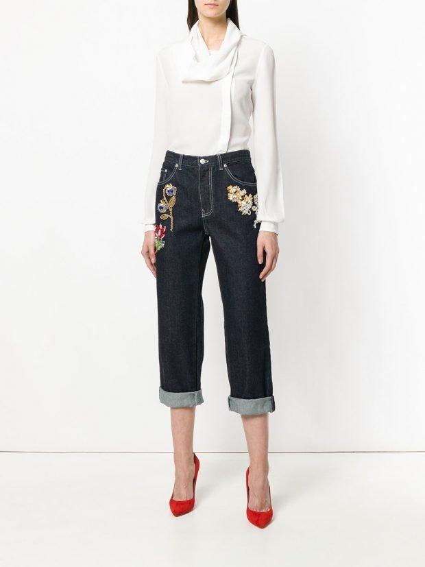 укороченные джинсы с декором и белая блуза кому за 30
