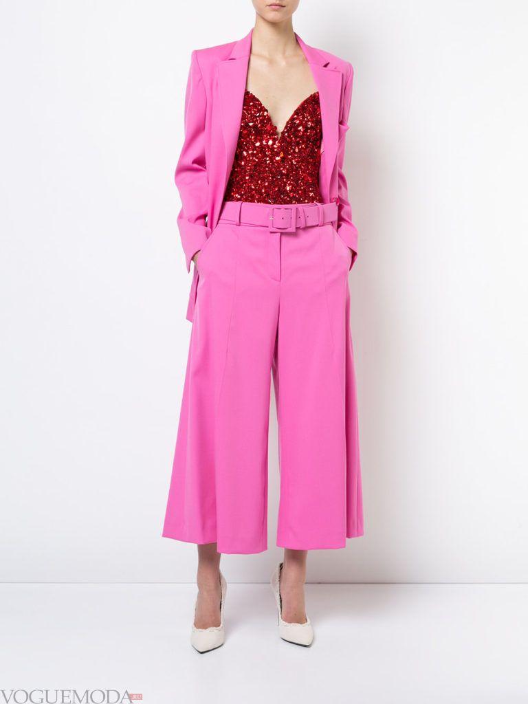розовый брючный костюм весна-лето