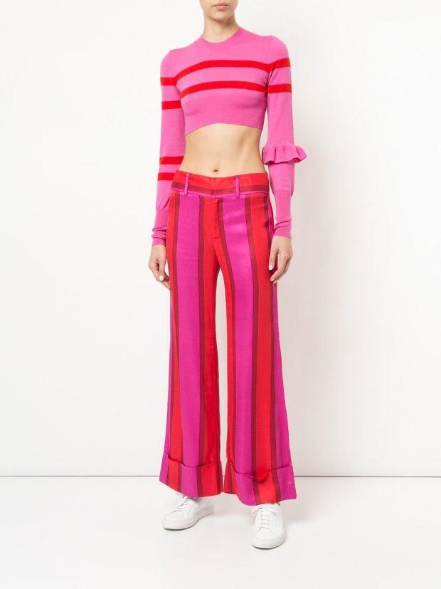 розовые брюки клеш и укороченная кофта в полоску