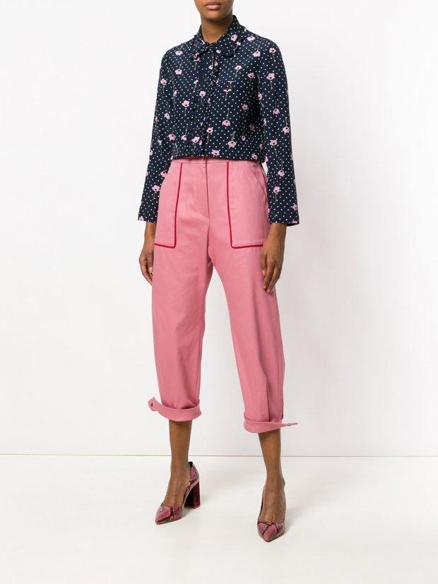 укороченные розовые брюки и блуза с принтом