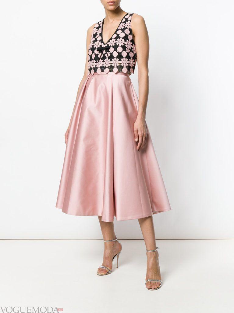 розовая пышная юбка и топ с принтом