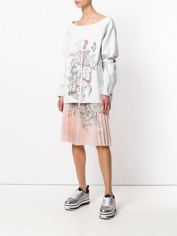 розовая юбка плиссе и блуза с принтом