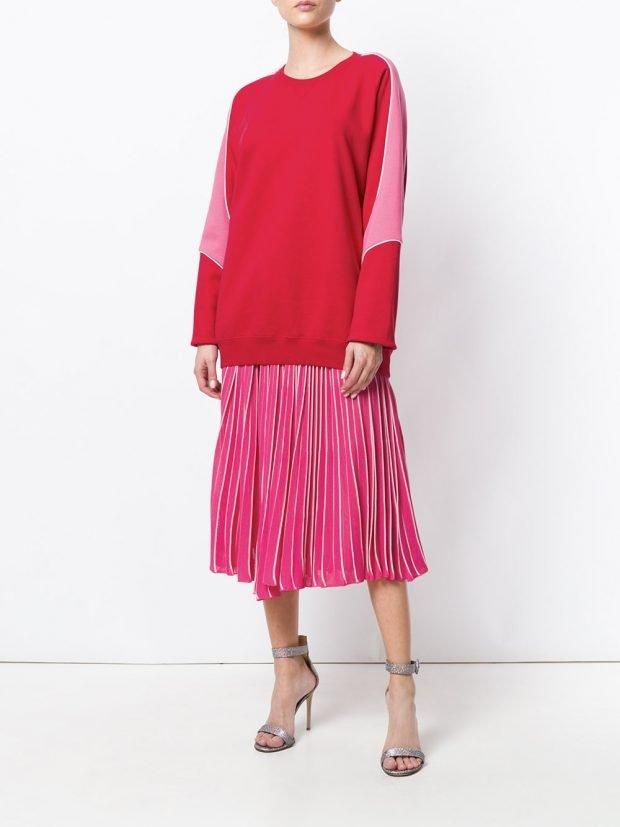 розовая юбка плиссе и толстовка