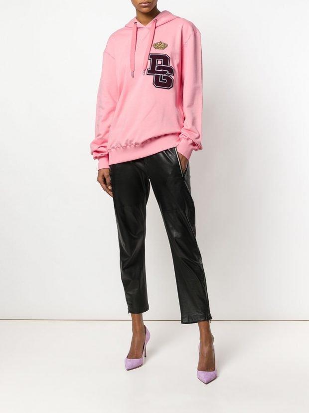 розовая толстовка с декором и брюки