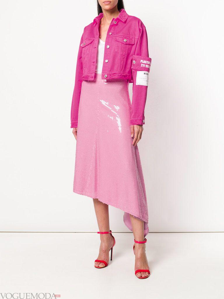 розовая кожаная юбка и джинсовая куртка