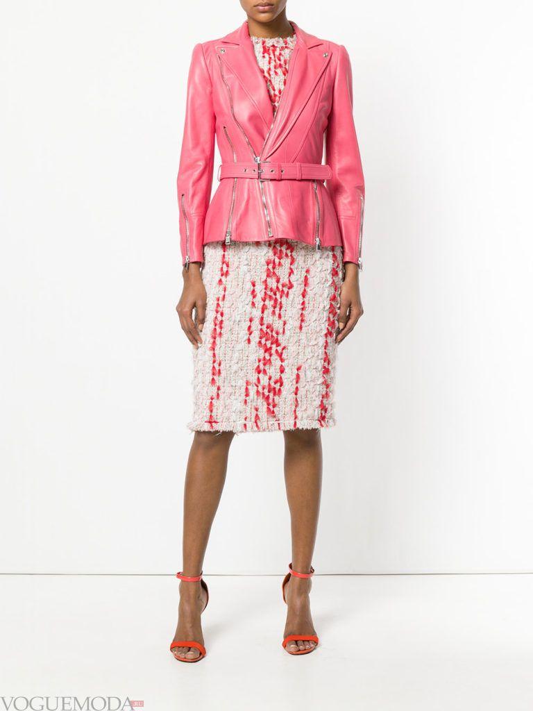 кожаная розовая куртка и юбка карандаш