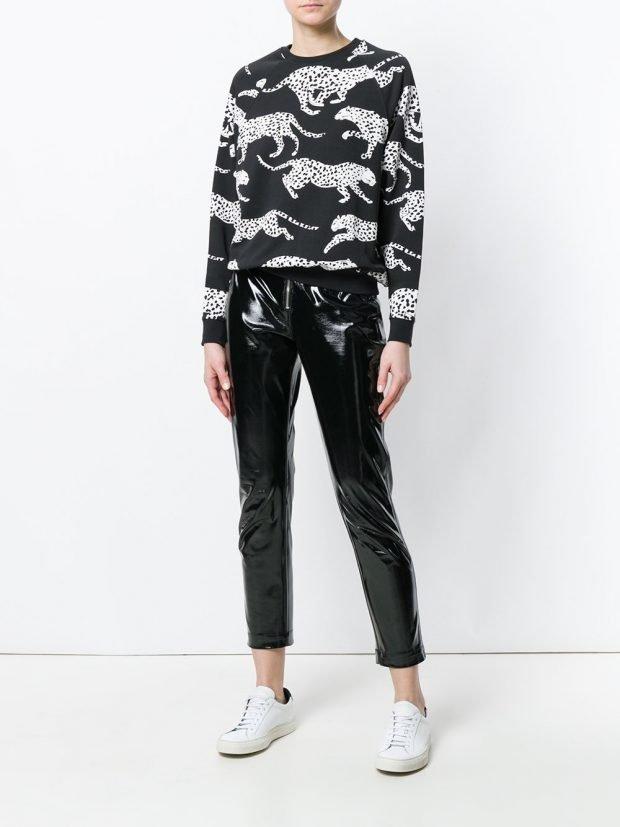 кофта с хищным принтом и блестящие брюки
