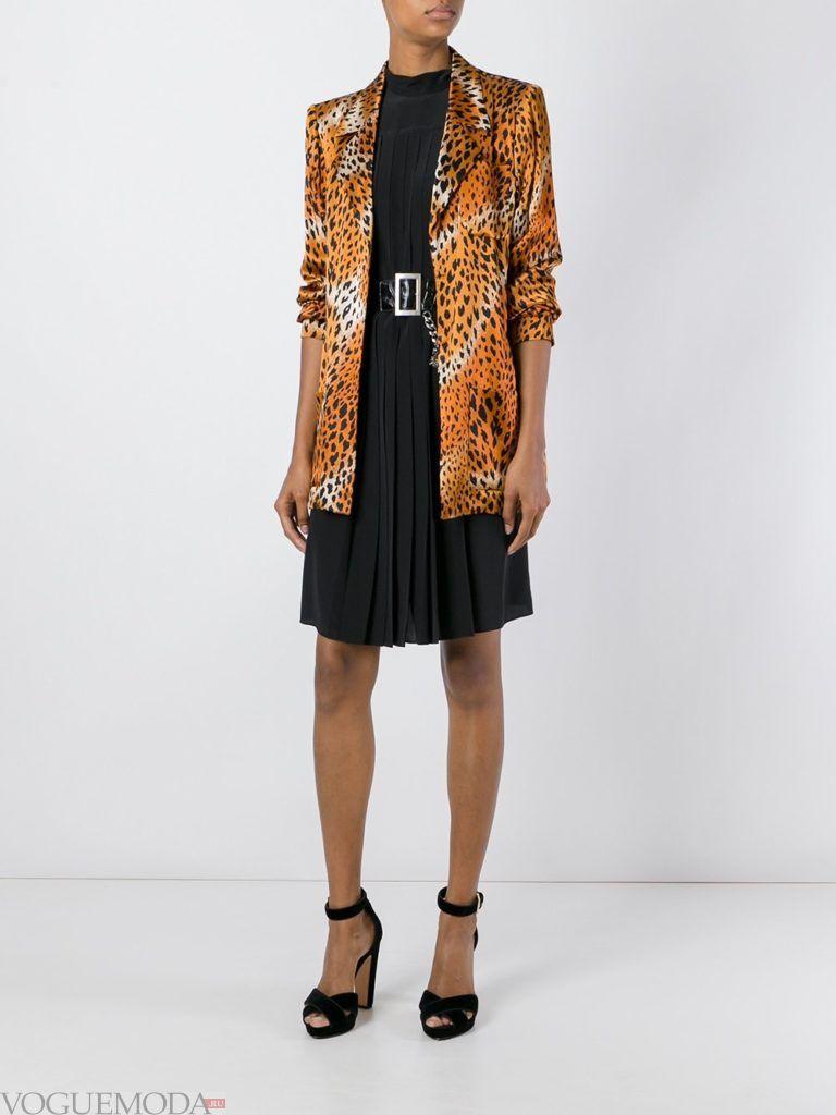 пиджак с хищным принтом и черная юбка