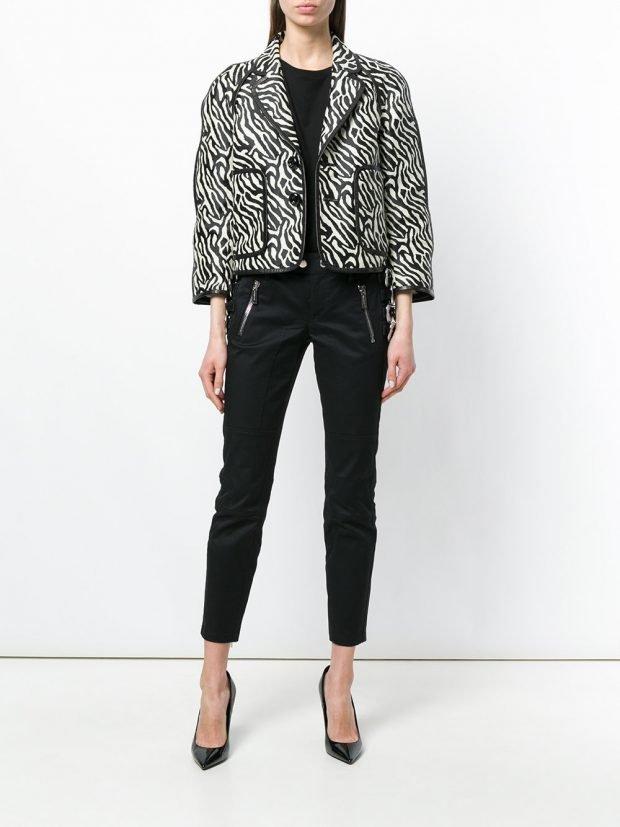 пиджак с хищным принтом и черные брюки