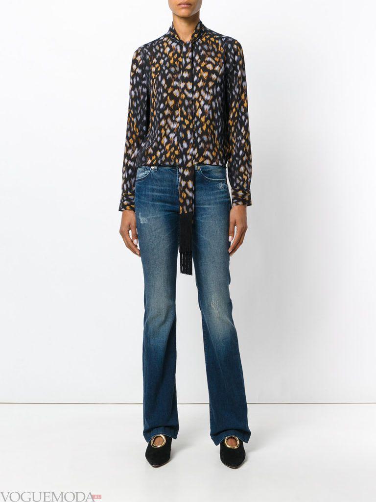 блуза с хищным принтом и джинсы клеш