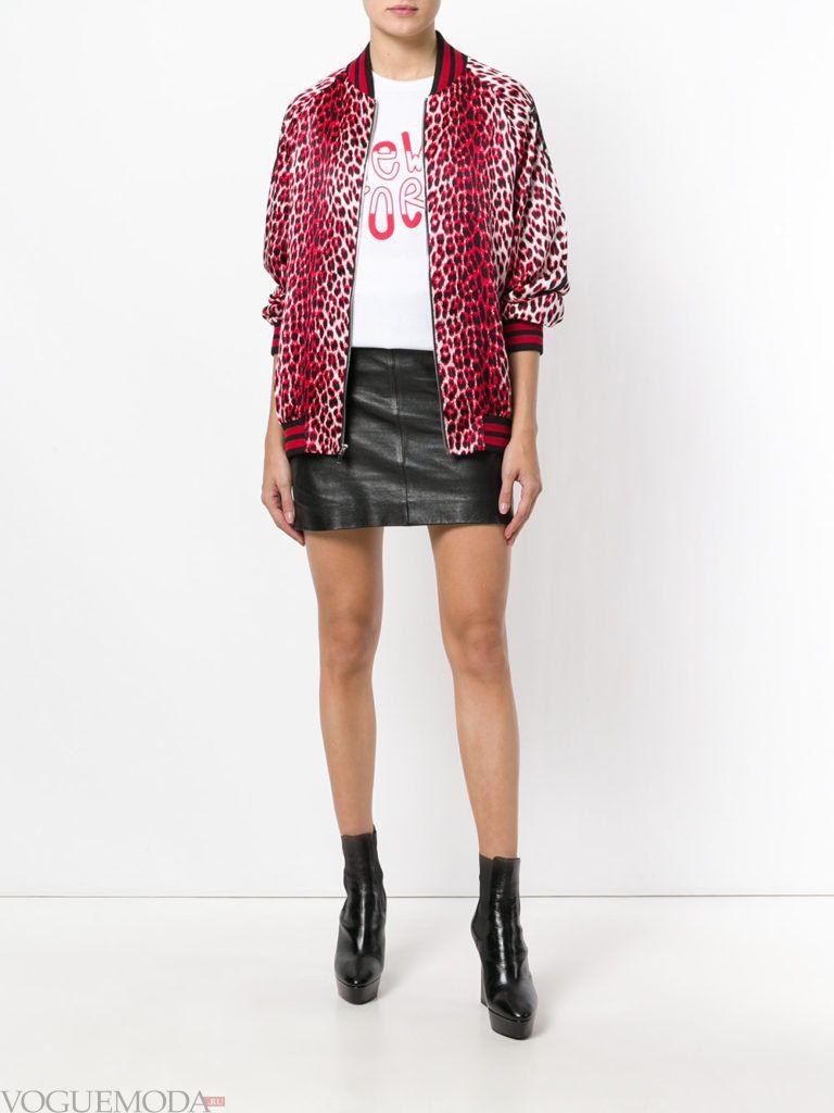 куртка с хищным принтом и юбка мини