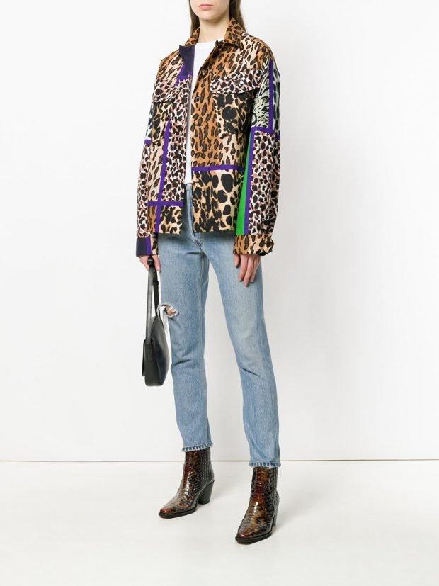 куртка с хищным принтом и укороченные джинсы