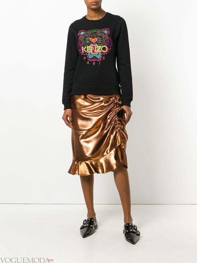 золотая юбка со сборкой и толстовка