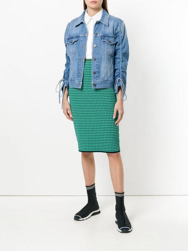 джинсовая куртка со сборкой и юбка карандаш