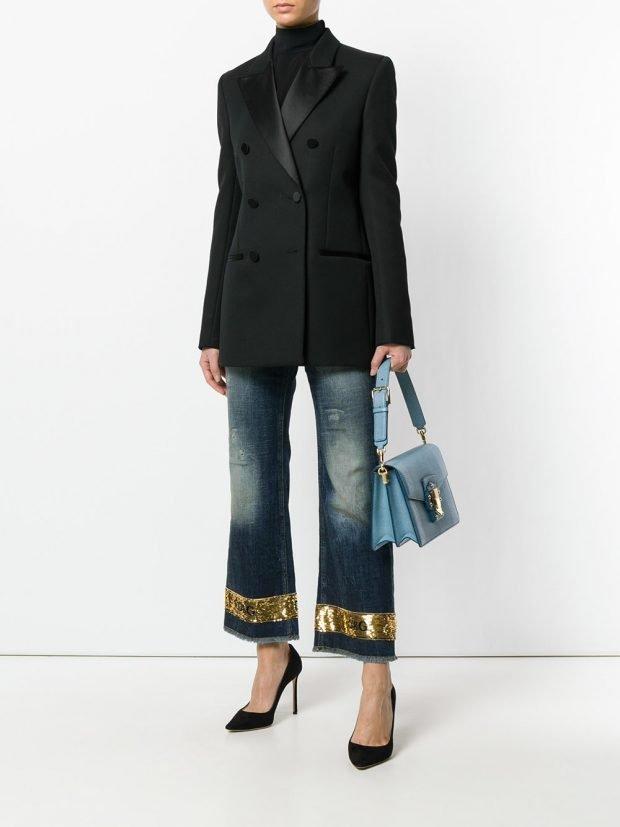 джинсы с декором и черный пиджак