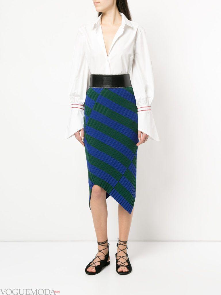 асимметричная юбка и белая блуза кому за 30