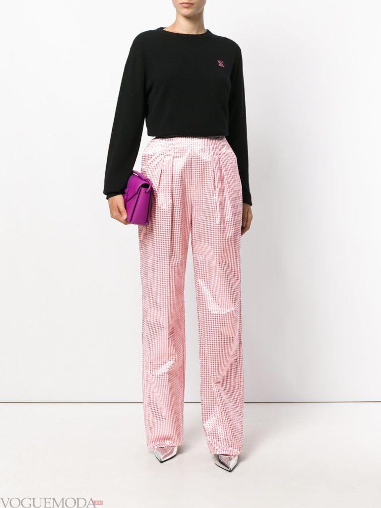 розовые брюки и черная кофта весна