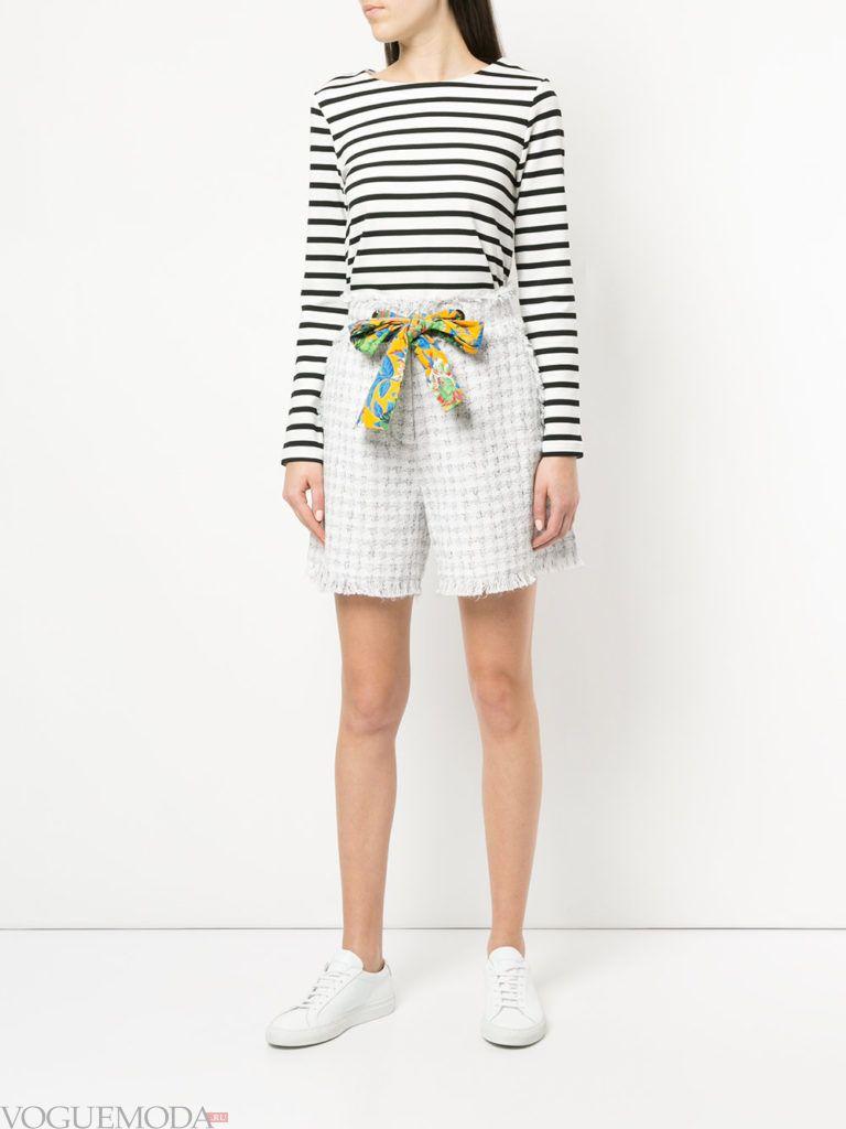 шорты с принтом и кофта в полоску весна
