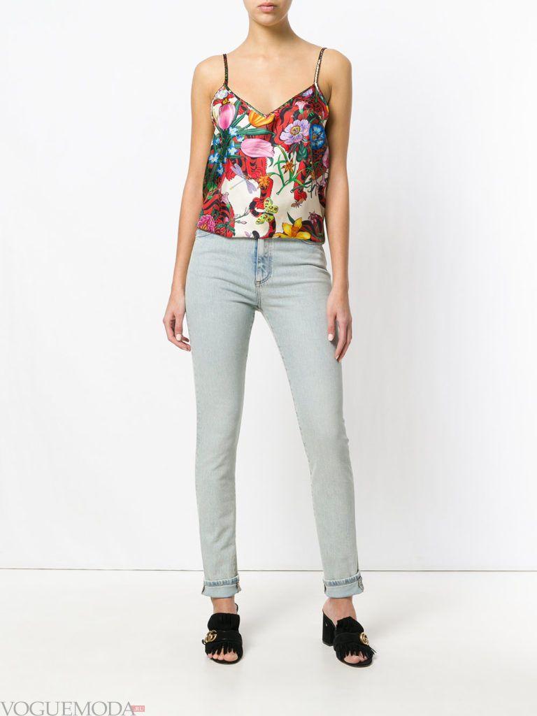 джинсы скинни и топ с принтом лето