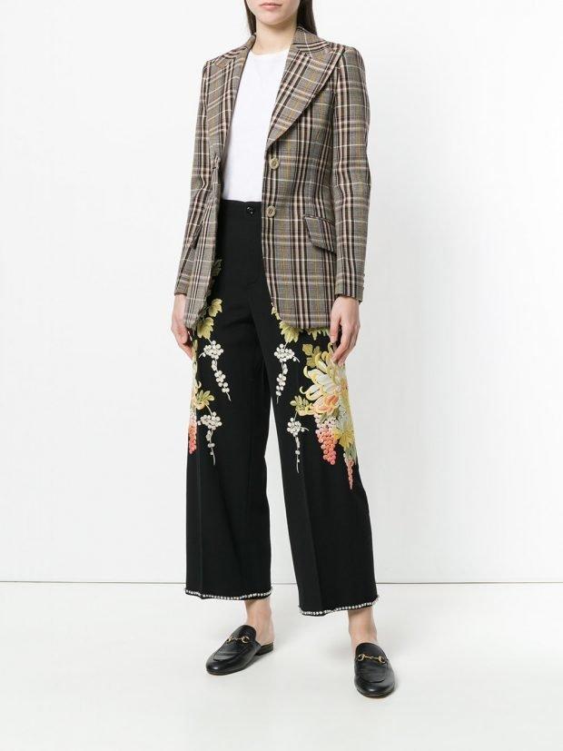 укороченные брюки с декором и пиджак в клетку