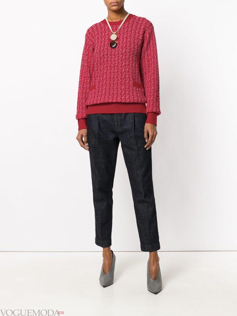 синие укороченные брюки и бордовый свитер