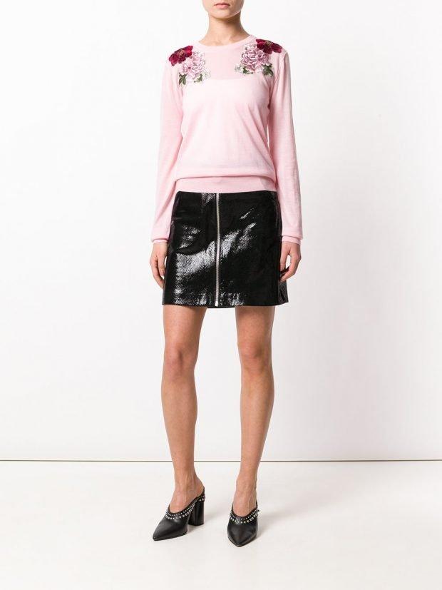 виниловая мини юбка и розовая кофта с декором