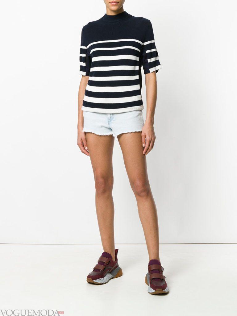 короткие шорты и футболка в полоску