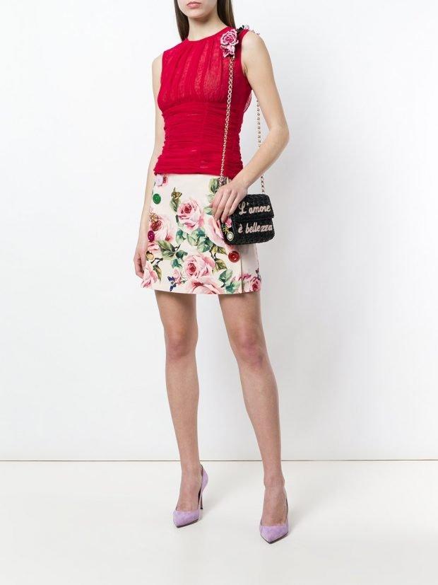 мини юбка с принтом и красный топ